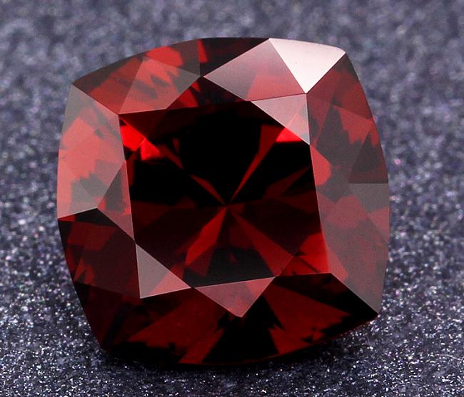 Красный альмандин