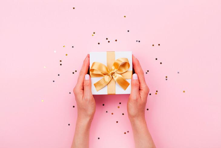 Какой подарок подарить женщине на 50 лет