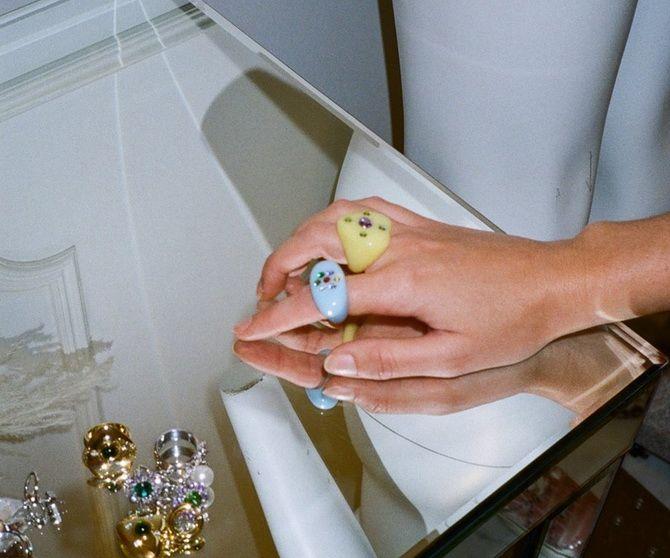 Пластиковые кольца — модный тренд в игрушечном стиле 2