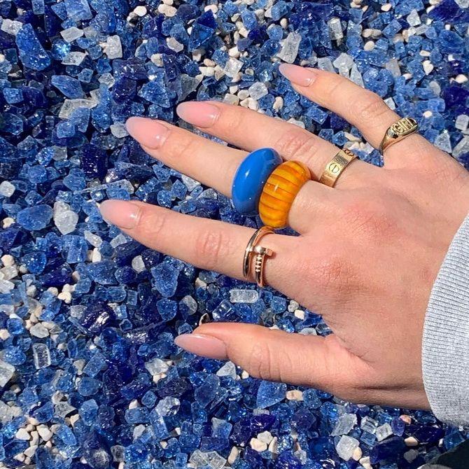 Пластиковые кольца — модный тренд в игрушечном стиле 18