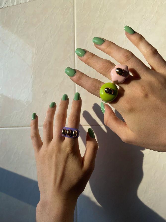 Пластиковые кольца — модный тренд в игрушечном стиле 26