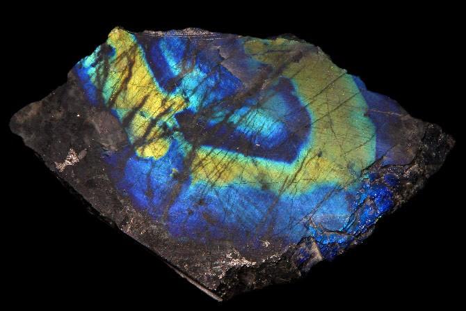 камень из лабрадора