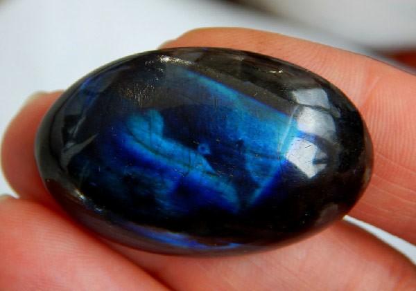 Чёрный лунный камень