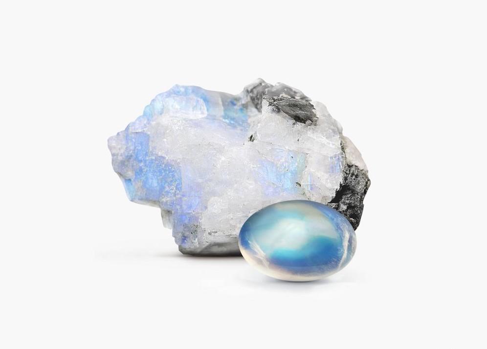 Необработанный лунный камень