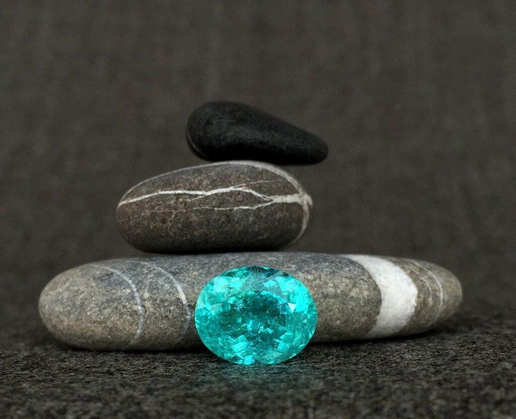 Камень параиба