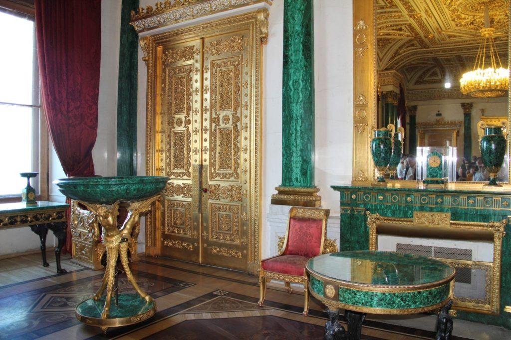 Комната с изделиями из малахита